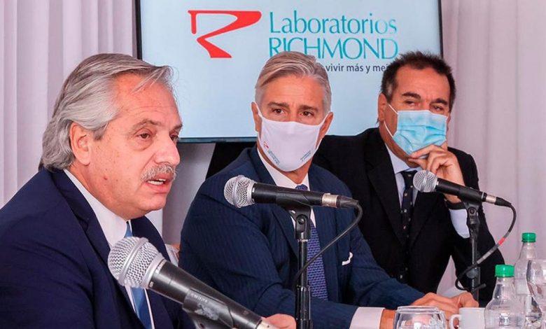 Alberto Fernández junto a Marcelo Figueiras de Laboratorios Richmond